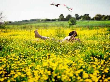 Sarı  Geçiciliğin ve dikkat çekiciliğin sembolü. Sarı güneşin rengi olduğu için kişinin günlük hayatına hakim olan renktir. Özellikle açık sarı, kişiye huzur verir. Morali bozuk olan kişiler, sarı rengin hakim olduğu ortamlarda kendilerini gevşemiş, hafiflemiş hissederler. Zihinsel faaliyetleri her yönden harekete geçirir.   Aşk rengi sarı olanların; hırslı, zeki, entelektüel, bazen de bencil olan bir yapıları vardır. Aşkta umut duygusu aşılarlar. Neşeli ve sevecen aşıktırlar. Aldatmaya meyillidirler.